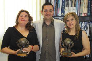Foto de los 3 hermanos con los 2 premios